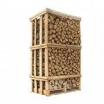 Ovntørret eg - stablet brænde i brændetårn